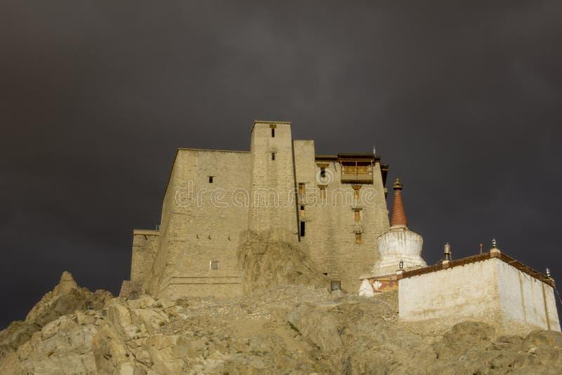 Un palais tibétain royal antique sur une roche contre un ciel foncé photographie stock libre de droits