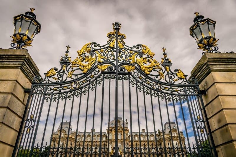Un palazzo visto attraverso i portoni ornamentali immagine stock libera da diritti
