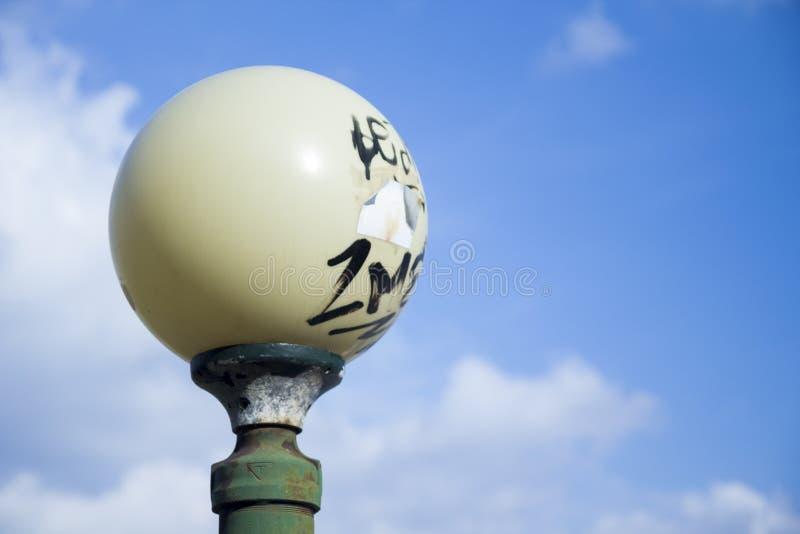 Un palo della luce rotondo contro il cielo fotografia stock