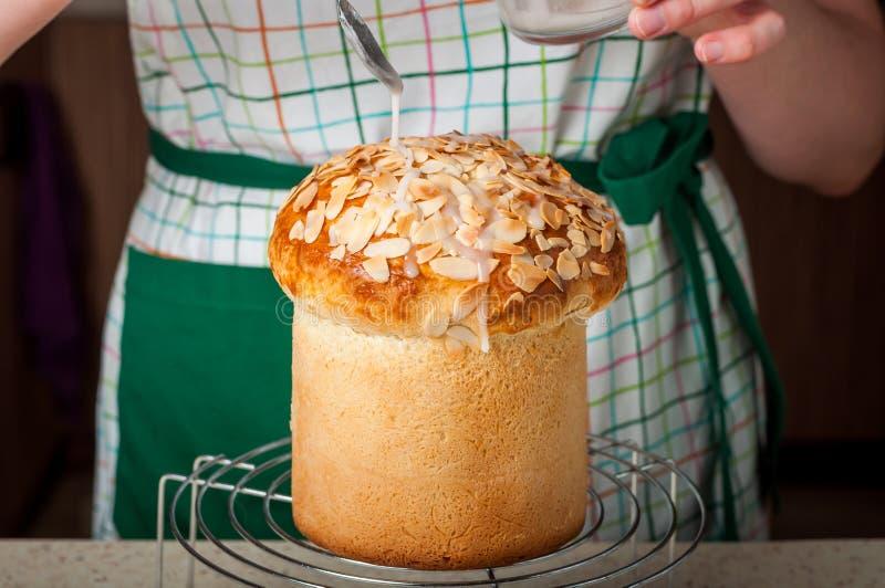Un pan de Dizzling Pascua de la mujer con Sugar Icing imagen de archivo libre de regalías