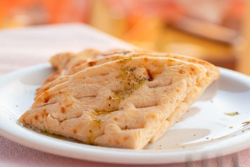 Un pan griego auténtico del pitta sirvió en un restaurante imagenes de archivo