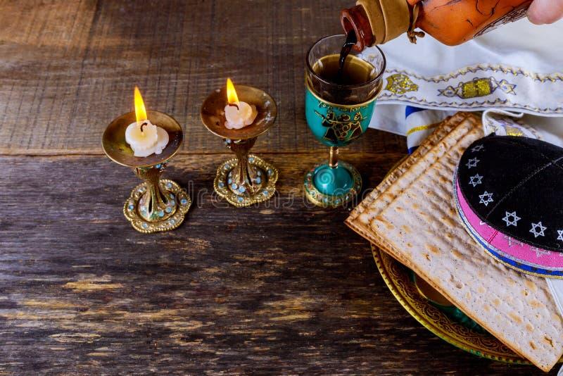 Un pan judío del Matzah con concepto del día de fiesta del passover de la víspera del vino imagen de archivo