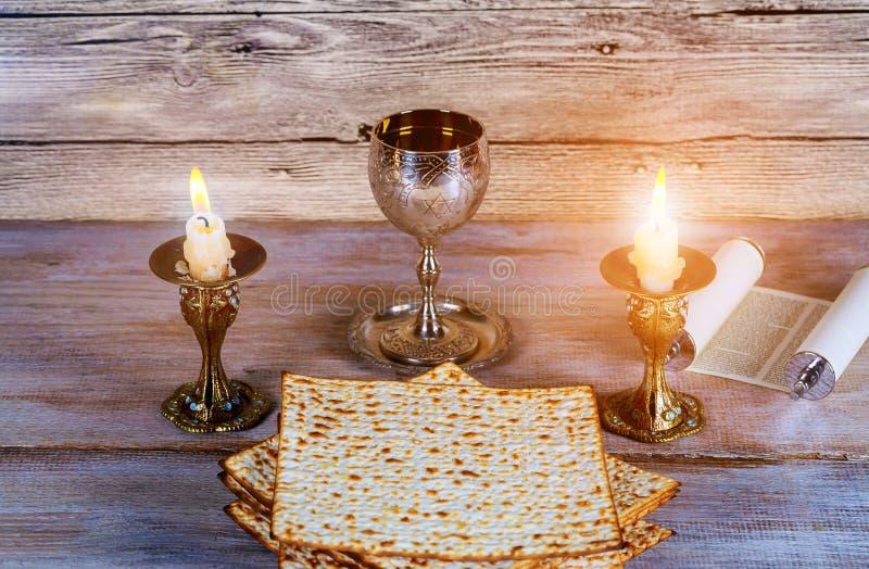 Un pan judío del Matzah con concepto del día de fiesta del passover de la víspera del vino fotografía de archivo libre de regalías