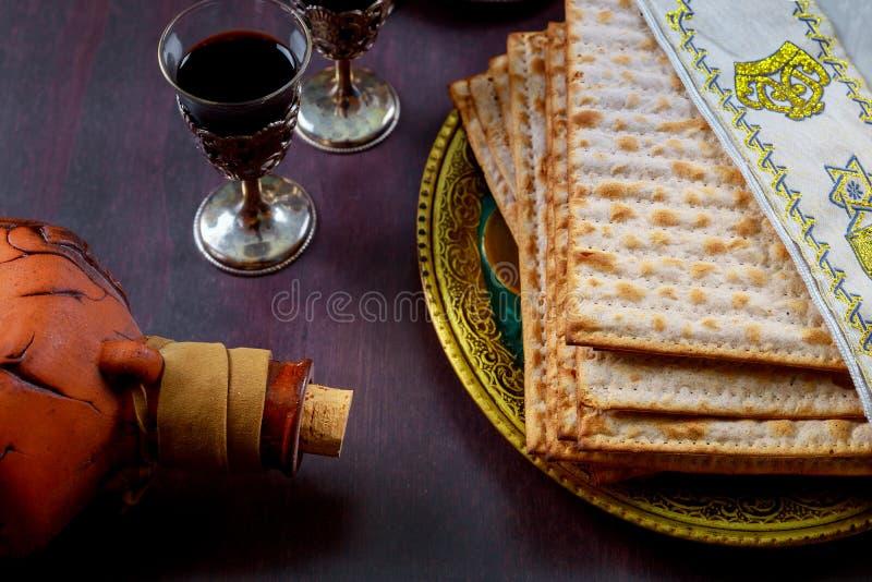 Un pan judío del Matzah con el vino Concepto del día de fiesta de la pascua judía fotografía de archivo