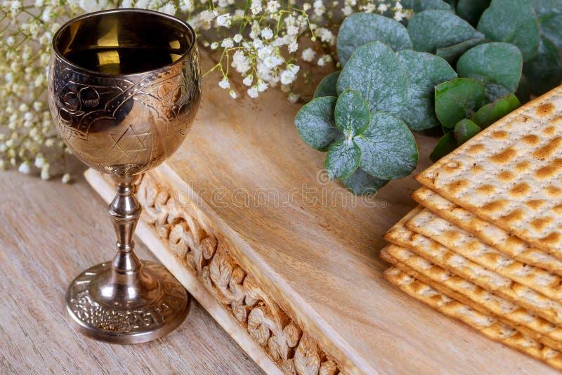 Un pan judío del Matzah con el vino Concepto del día de fiesta de la pascua judía imagen de archivo libre de regalías