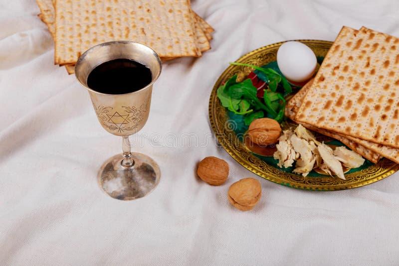 Un pan judío del Matzah con el vino Concepto del día de fiesta de la pascua judía imagenes de archivo