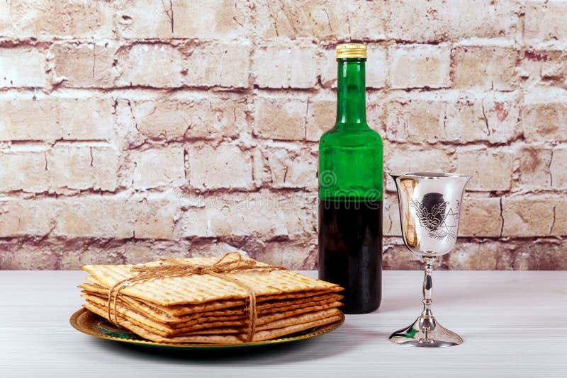 Un pan judío del Matzah con el vino Concepto del día de fiesta de la pascua judía imagen de archivo