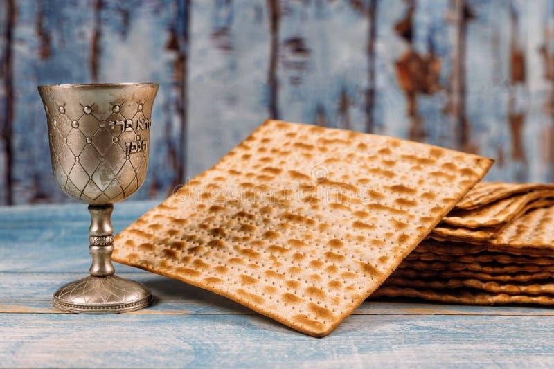 Un pan jud?o del Matzah con el vino Concepto del d?a de fiesta de la pascua jud?a foto de archivo libre de regalías