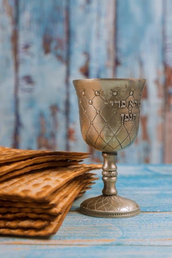 Un pan jud?o del Matzah con el vino Concepto del d?a de fiesta de la pascua jud?a imagenes de archivo