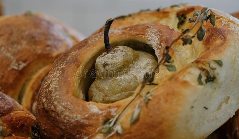Un pan redondo del pan amargo de la pasta, cocido con una pera en el centro y las hierbas asperjados en el top imagen de archivo
