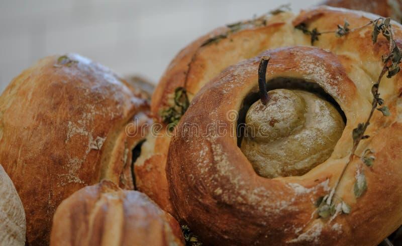 Un pan redondo del pan amargo de la pasta, cocido con una pera en el centro y las hierbas asperjados en el top foto de archivo