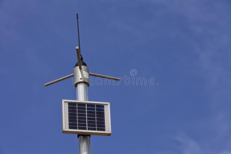 Un panel fotovoltaico que da energía a una bomba de agua imagen de archivo libre de regalías