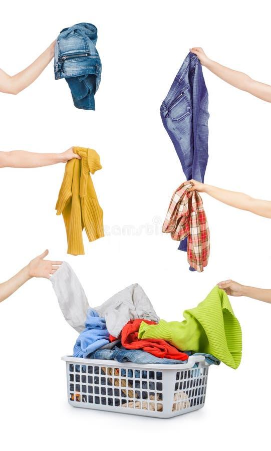 Un panier de blanchisserie complètement des vêtements sales prêts à être lavé pendant image stock