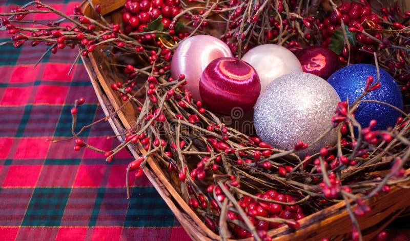 Un panier de Noël sur une nappe de plaid photo libre de droits