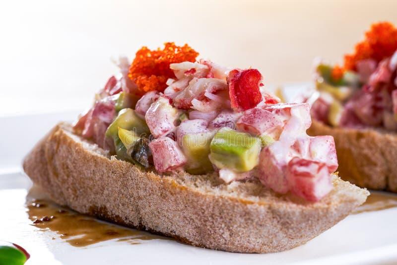 Un panino delizioso del gamberetto con il pomodoro ed il caviale rosso Pasto casalingo immagine stock libera da diritti