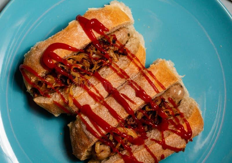 Un panino di sguardo delizioso della salsiccia cucinato in un pane casalingo fotografia stock