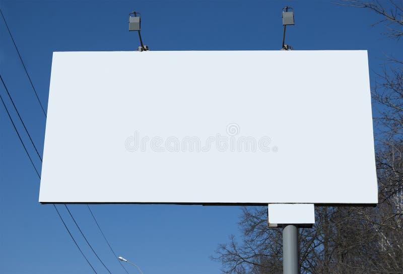 Un panneau d'affichage pendant la journée sur la rue photographie stock