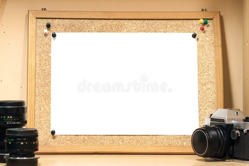 Un panneau de liège avec une feuille de papier blanche Fond pour la maquette image libre de droits