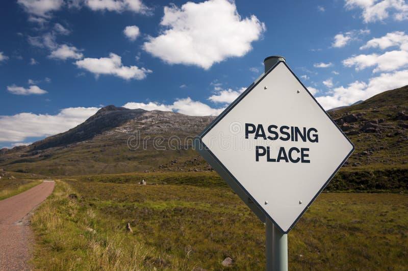 Un panneau routier de dépassement d'endroit dans une route de campagne étroite dans les montagnes de l'Ecosse, Royaume-Uni photos stock