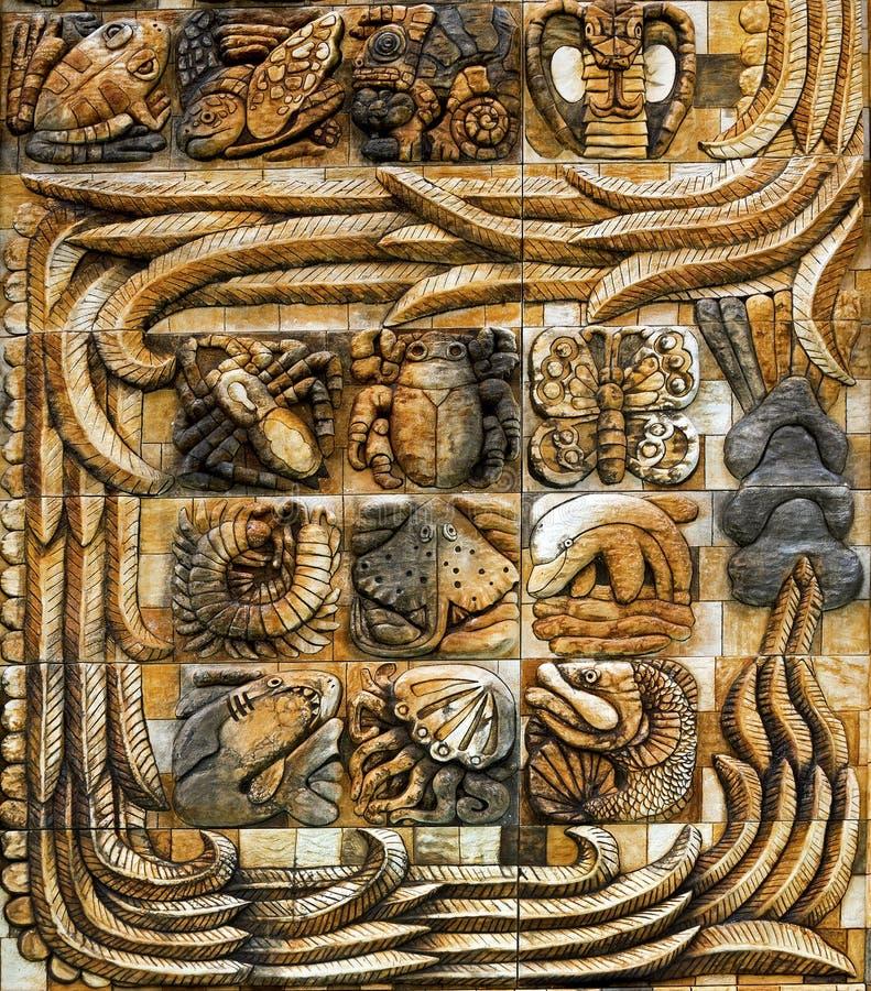 Un pannello di arte maya dalla torre dello stele all'entrata dallo zoo di Animaya in Merida Mexico immagini stock