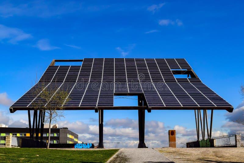 Un pannello immenso di luce solare in un parco di Acobendas fotografia stock libera da diritti