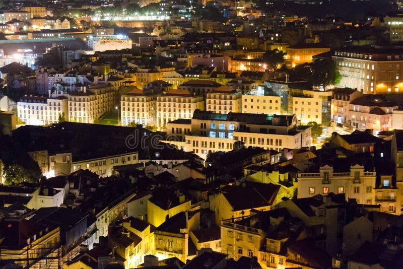 Un panorama au-dessus de secteur d'Alfama à Lisbonne, vue de nuit images libres de droits