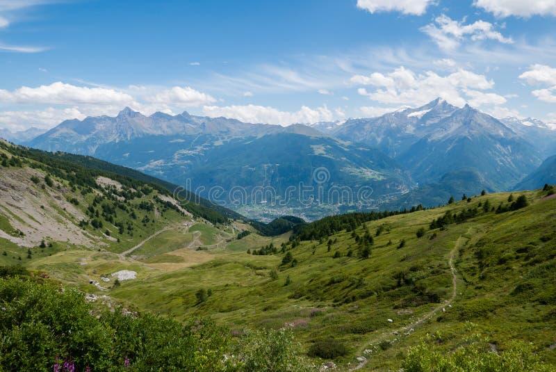 Un panorama d'alpin d'été d'aosta de ` de valle d image libre de droits