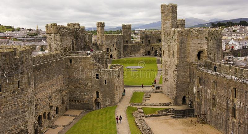 Un panorama de château de Caernarfon, Pays de Galles, Grande-Bretagne, R-U photos stock
