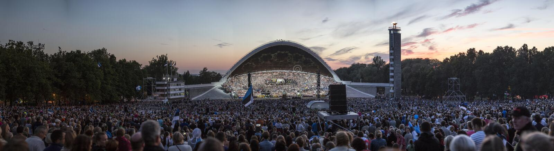 Un panorama de muchedumbres enormes en los argumentos estonios del festival de la canción durante el festival de la canción imagenes de archivo