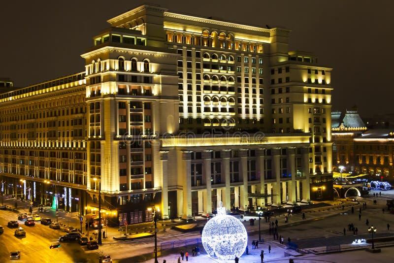 Un panorama di notte di un hotel Mosca di quattro stagioni fotografia stock