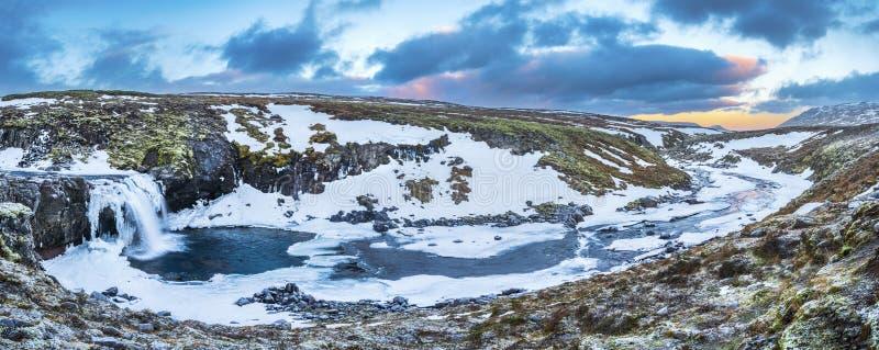 Un panorama helado de la cascada durante salida del sol en Islandia fotografía de archivo libre de regalías