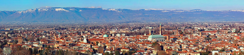 Un panorama mega di 30 pixel della città di Vicenza in Italia del Nord immagine stock