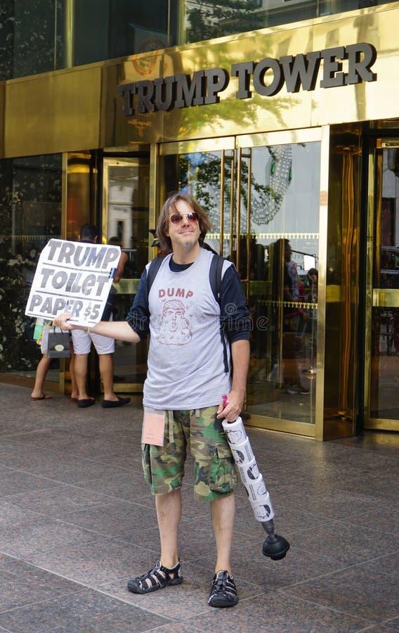 Un papier hygiénique de sellingTrump de protestataire devant la tour d'atout à New York image libre de droits