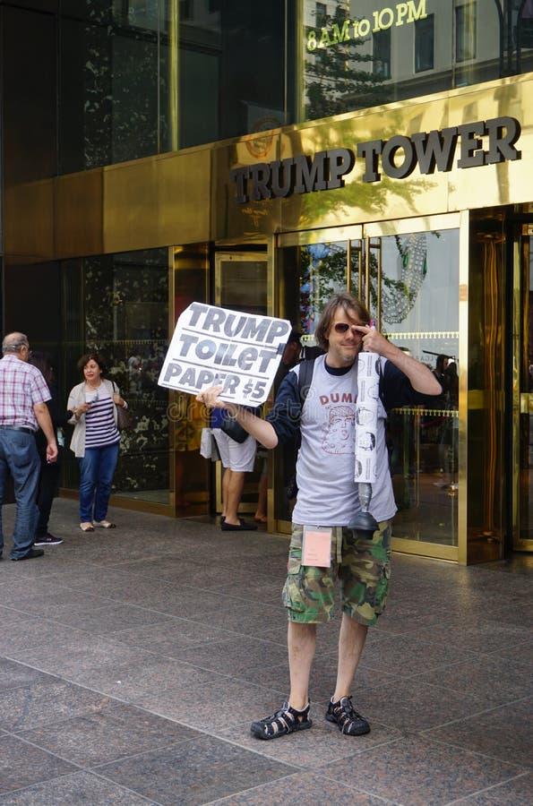 Un papier hygiénique de sellingTrump de protestataire devant la tour d'atout à New York image stock