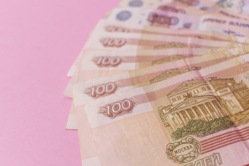 Un paquet d'argent russe sous forme de fan sur un fond rose Le concept de la pauvreté, manque d'argent, pauvreté Copiez l'espace photographie stock libre de droits