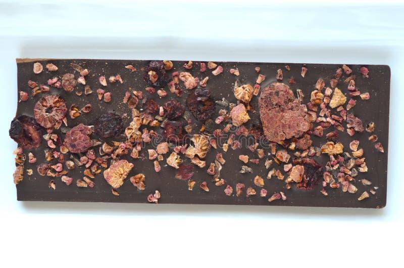 Un paquet de cadeau de chocolat fait main d'artisan Barres de chocolat avec des fruits secs sur le fond foncé, vue haute étroite  photos libres de droits