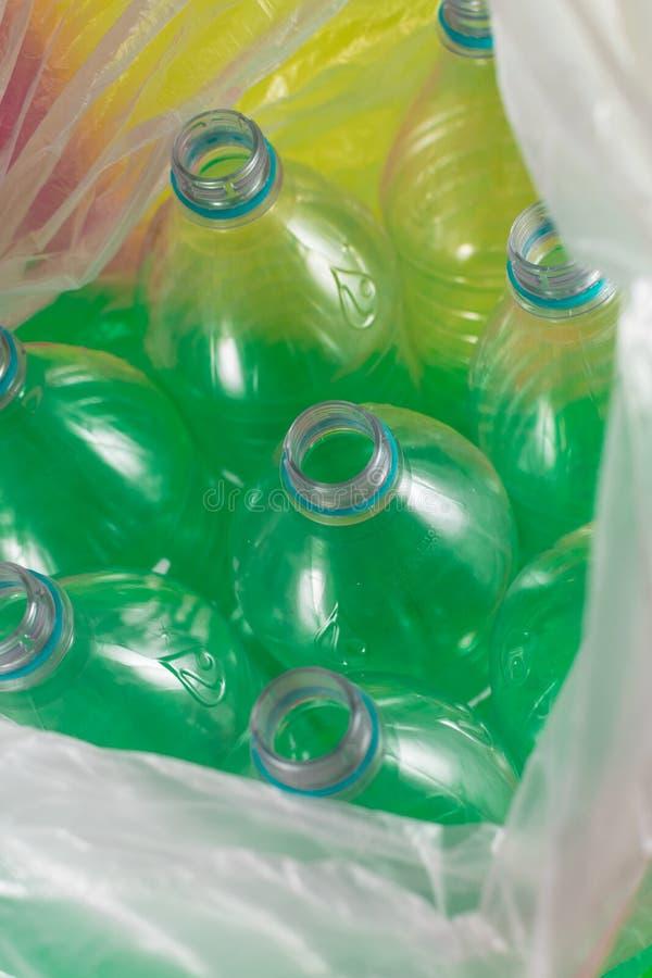 Un paquete de 8 vacíos y de botellas de agua plásticas reciclables, sin los casquillos, sello azul, dentro de una bolsa de plásti fotografía de archivo libre de regalías