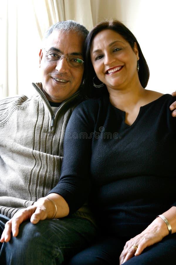 Un par asiático feliz casado que se relaja junto