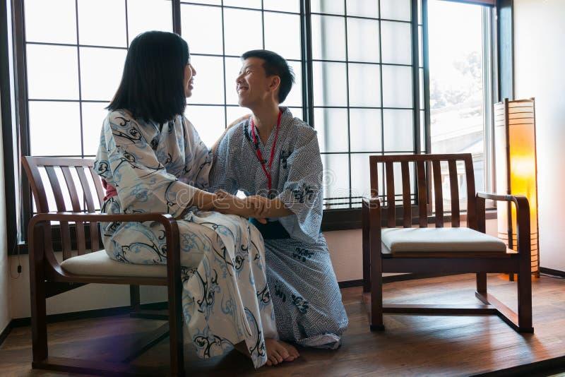 Un par asiático que lleva la ropa japonesa imagen de archivo