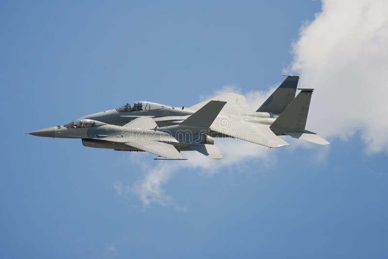 Un par de aviones de combate vuela pasado muy cerca fotos de archivo libres de regalías