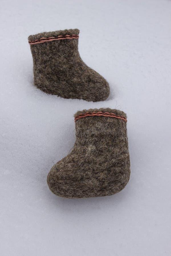 Un par de botas sentidas rusas que se colocan en la nieve blanca en invierno fotos de archivo libres de regalías