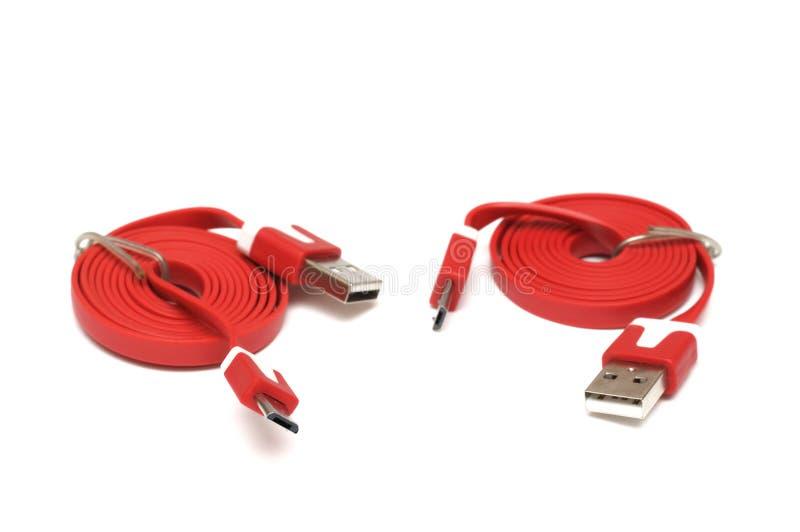 Un par de cable rojo del bus de serie universal USB imagen de archivo