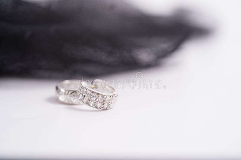 un par de earings del diamante imagen de archivo