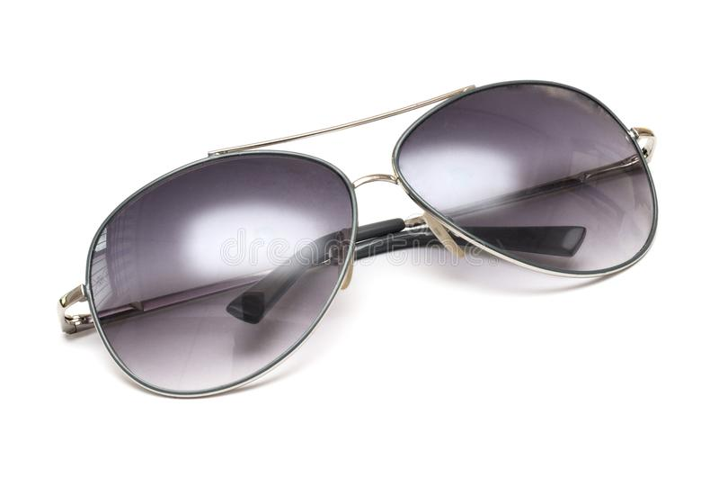 Un par de gafas de sol tipo aviador contra un contexto blanco foto de archivo libre de regalías