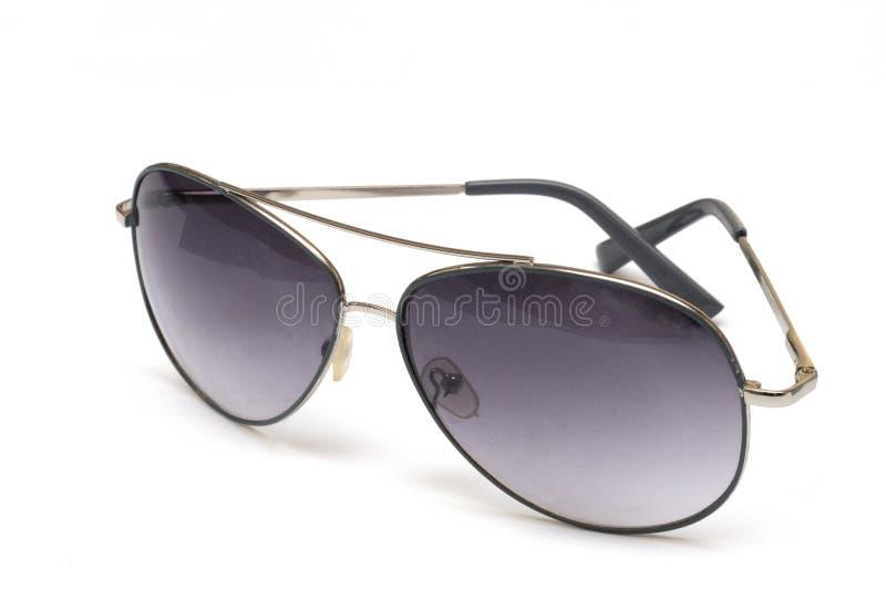 Un par de gafas de sol tipo aviador contra un contexto blanco imagenes de archivo