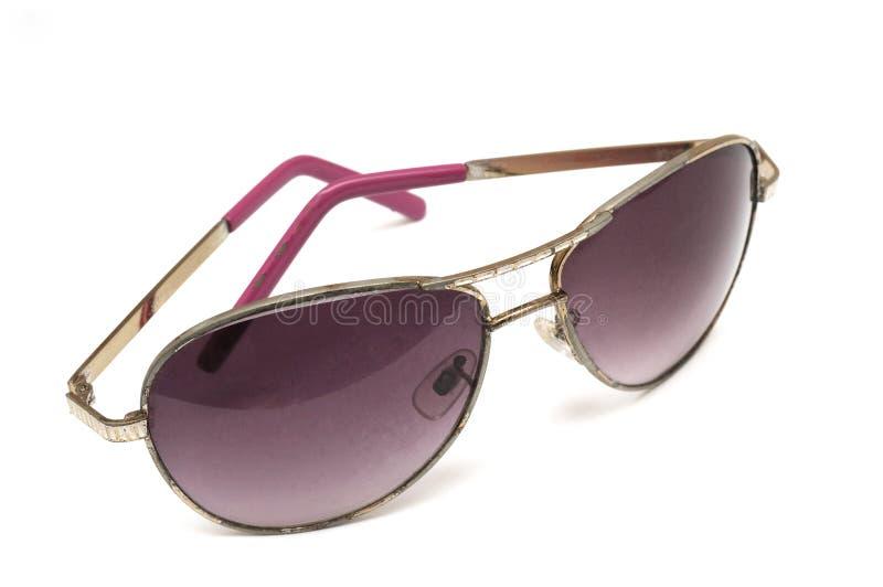 Un par de gafas de sol tipo aviador contra un contexto blanco fotografía de archivo libre de regalías