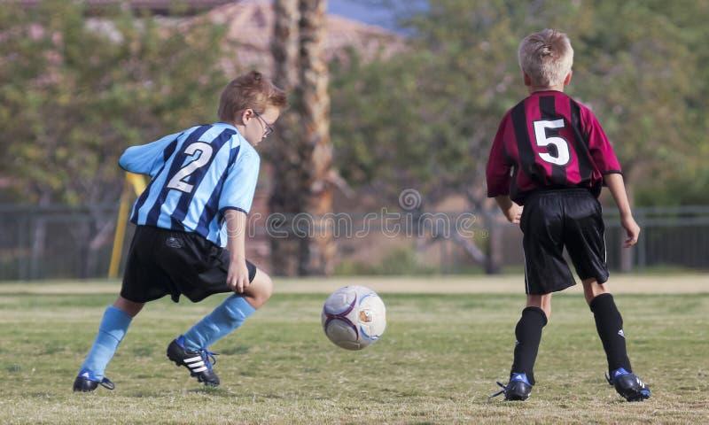 Un par de jugadores de fútbol de la juventud compite foto de archivo libre de regalías