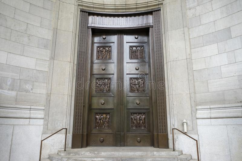 Un par de puertas de cobre amarillo viejas en una entrada fotografía de archivo