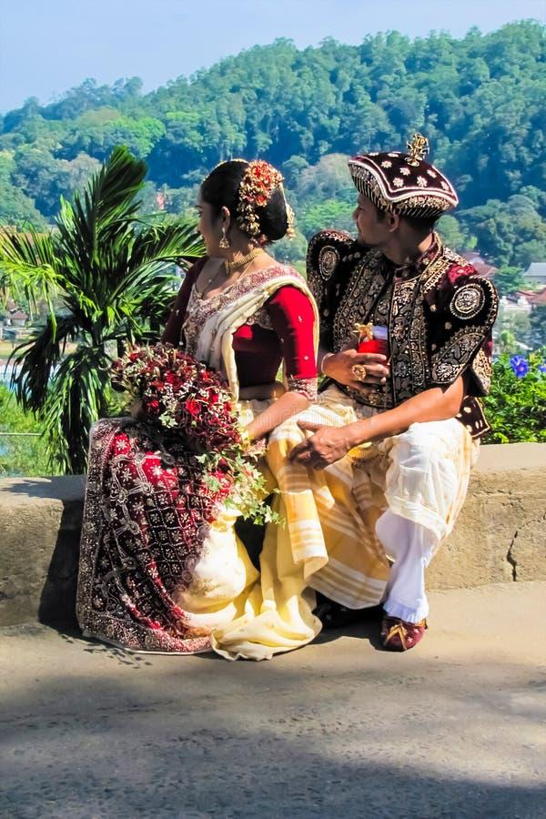 Un par de recienes casados locales en Sri Lanka foto de archivo libre de regalías