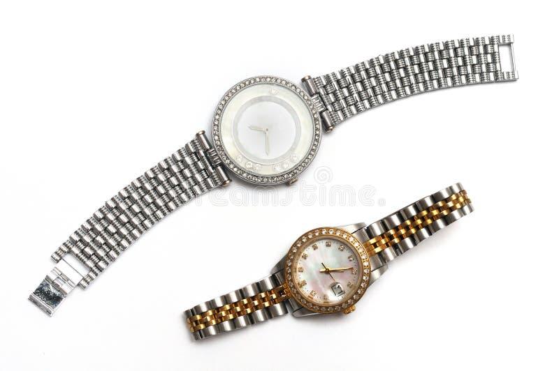 Un par de relojes del ` s de las mujeres con las correas de diversos métodos de la cerradura imágenes de archivo libres de regalías